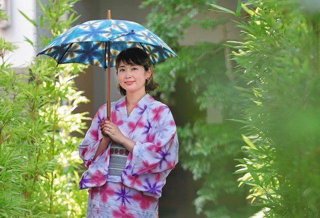 明るい色合いの有松絞の浴衣を着る村口さん=名古屋市緑区有松で