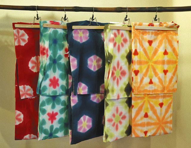 かわいらしい柄や色合いの有松絞の浴衣=名古屋市緑区有松で