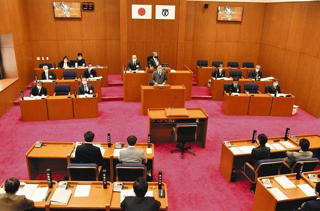 名古屋市民オンブズマンが提出した請願を審議する議員たち=弥富市議会で