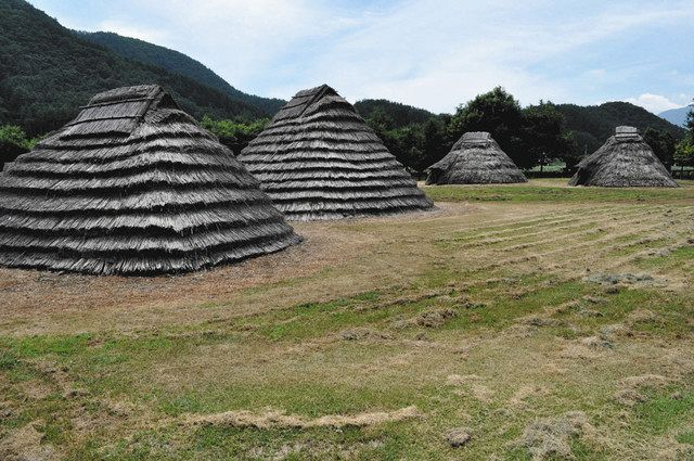 平出遺跡公園に復元された縄文時代の住居=塩尻市宗賀で