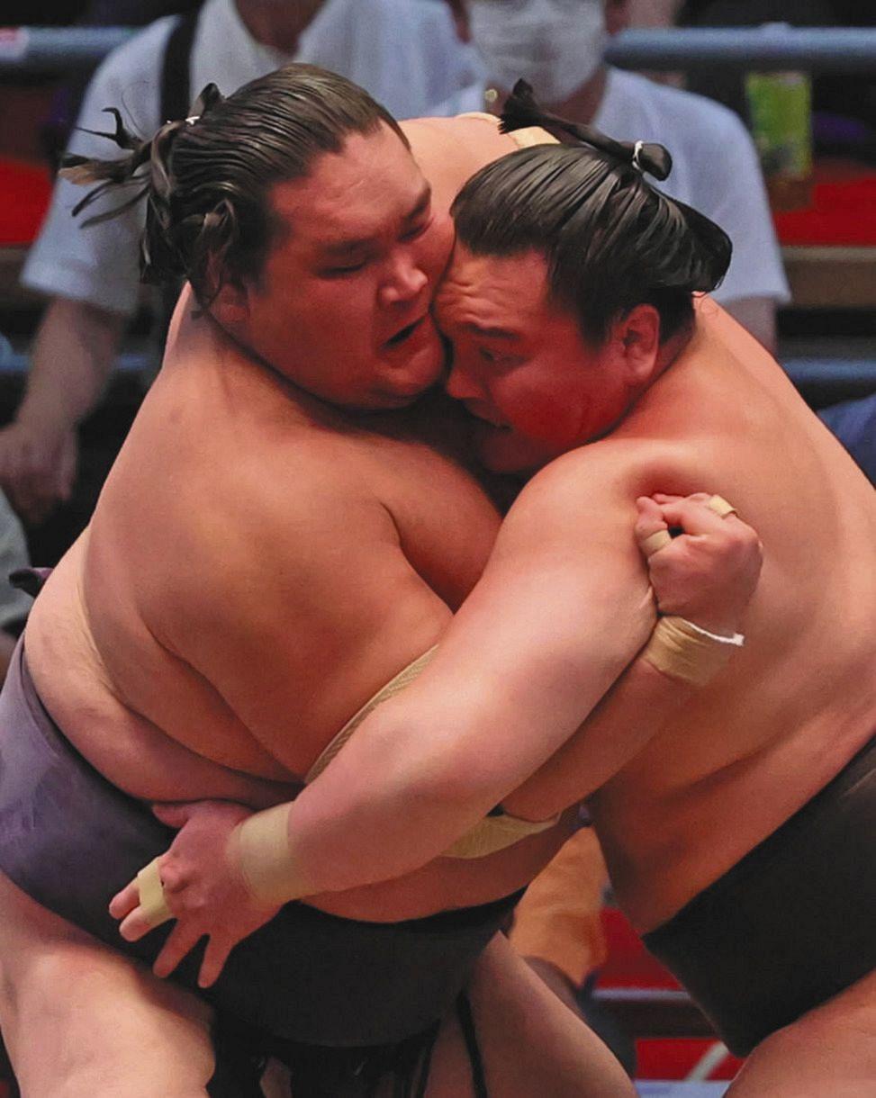 激しく身体をぶつけ合う照ノ富士(左)と白鵬