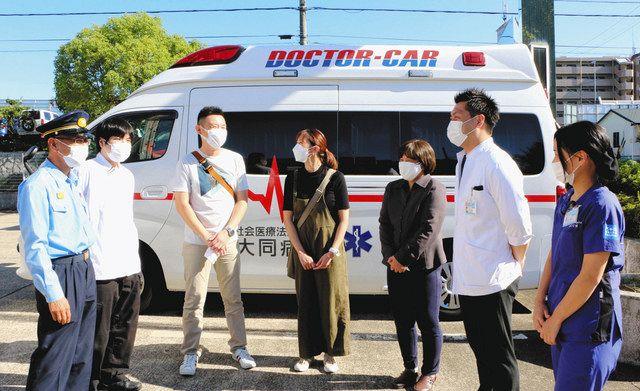 人命救助に貢献し、感謝状を贈られた(左2人目から)中田さん、鈴木達矢さん、鈴木明子さん、原さん=名古屋市緑区滝ノ水4の緑消防署で
