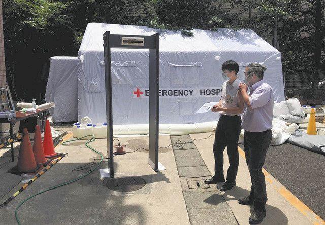 永寿総合病院の駐車場に設置した陰圧テント(奥)と検温ゲート(手前)=東京都台東区で(イケガミ提供)