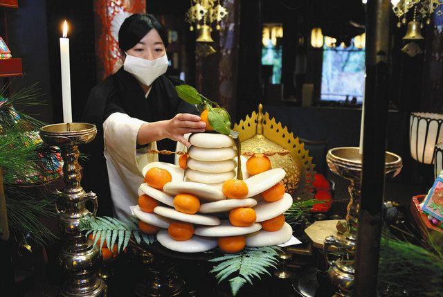 仏塔かたどった伝統の鏡餅お供え 大津・石山寺、新年へ願い:中日新聞Web