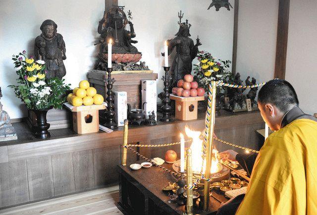 三福神として公開された(左から)大黒天、弁財天、毘沙門天の各像=大津市園城寺町で