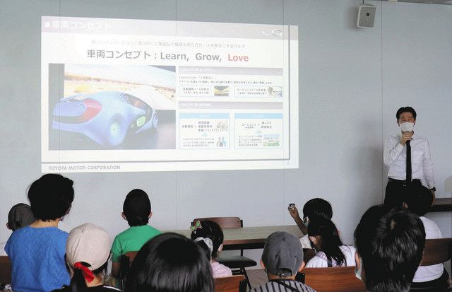 Sr. Ido (atrás a la derecha) explicando el concepto de LQ = en Motoshiro-cho, Toyota City