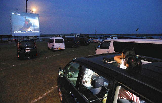 車 で 見る 映画 館