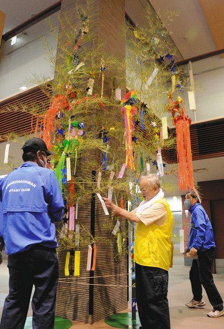 七夕飾りを設置するびわ湖八幡RCの会員たち=近江八幡市立総合医療センターで
