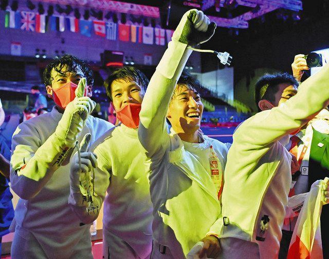 男子エペ団体で優勝し喜ぶ日本チームの(左から)宇山賢、山田優、加納虹輝、見延和靖