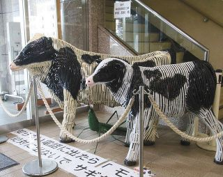 ニセ電話警戒を呼び掛け 藤枝署に鉄の牛展示