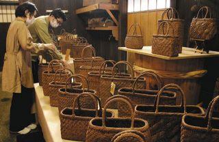 ヤマブドウのつるでかごバッグや装飾品 金沢で展示販売