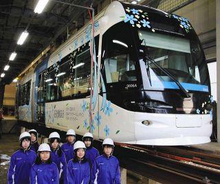 地鉄路面電車 きょうから運行 富山北部高・藤田さんデザイン