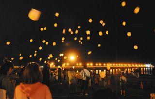 光の幻想、夜空にふわり 蒲郡で「スカイランタンフェス」