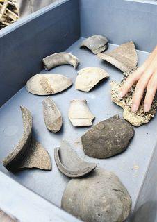 遺構や須恵器に興味津々 湖西で登り窯跡の見学会