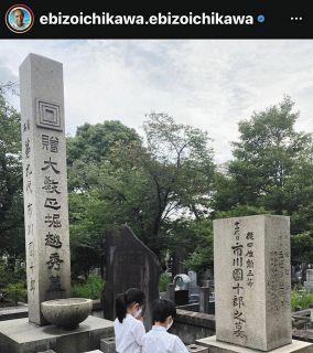 【写真】小林麻央さん墓前で手を合わせる麗禾さん&勸玄くん