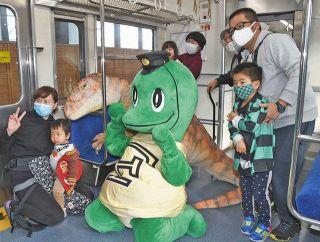 えち鉄 ようやく今年初運行  仲間増えた「恐竜電車」