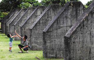 戦後75年爪痕 磐田の飛行学校跡地に巨大な壁