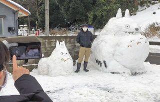 通学路にトトロ雪像 鯖江で男性手作り、注目