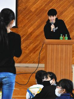 ユーチューバーのFumiyaさんが浜松・有玉小を訪問