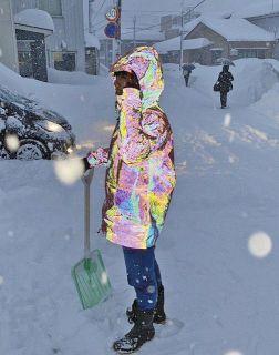 虹色反射材 まるでCG 福井の丸仁特許 雪かき安心SNSで話題