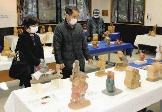 小国神社でパロディー木彫 焼津の岩崎さん作品展