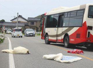毛布と掛け布団が散乱 県道で七尾署員ら落下物処理