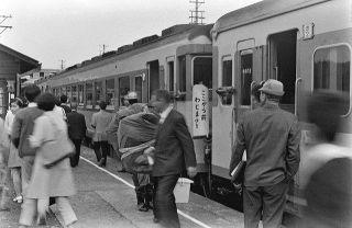 【よみがえる鉄路の記憶 西脇恵さん撮影】穴水で切り離し 2方面へ