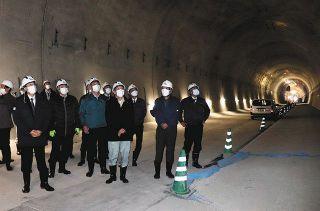 加賀トンネル視察 加賀市長ら ひび割れ状況確認 遅れ理解も工費増「国対応を」