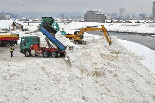 雪満載 トラック次々と 福井、24時間体制で懸命に