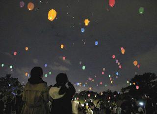 夜空に浮かぶランタンの光 豊橋でイベント