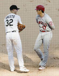【写真】報復死球にもニコニコ…一塁ベースで談笑する大谷翔平